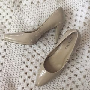 Woman's tan Ellen Tracy heels